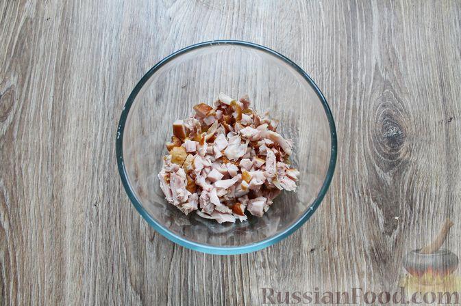 Фото приготовления рецепта: Салат с крабовыми палочками, копчёной курицей, рисом и кукурузой - шаг №4