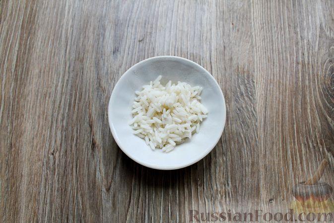 Фото приготовления рецепта: Салат с крабовыми палочками, копчёной курицей, рисом и кукурузой - шаг №2