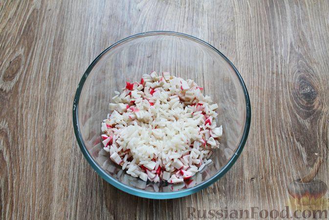 Фото приготовления рецепта: Салат с крабовыми палочками, копчёной курицей, рисом и кукурузой - шаг №6