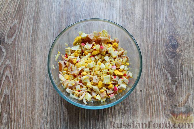 Фото приготовления рецепта: Салат с крабовыми палочками, копчёной курицей, рисом и кукурузой - шаг №9