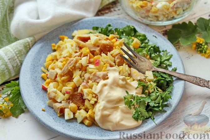 Фото приготовления рецепта: Салат с крабовыми палочками, копчёной курицей, рисом и кукурузой - шаг №10