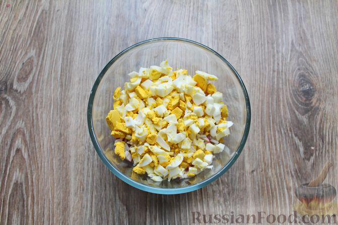 Фото приготовления рецепта: Салат с крабовыми палочками, копчёной курицей, рисом и кукурузой - шаг №7