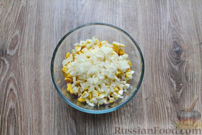 Фото приготовления рецепта: Салат с крабовыми палочками, копчёной курицей, рисом и кукурузой - шаг №8