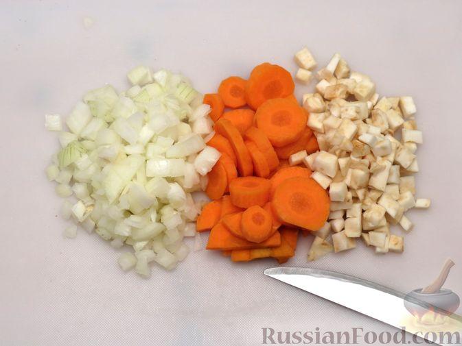 Фото приготовления рецепта: Рагу из свинины с морковью, сладким перцем, сельдереем и белым вином - шаг №4