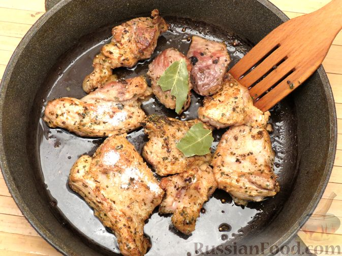Фото приготовления рецепта: Рагу из свинины с морковью, сладким перцем, сельдереем и белым вином - шаг №10