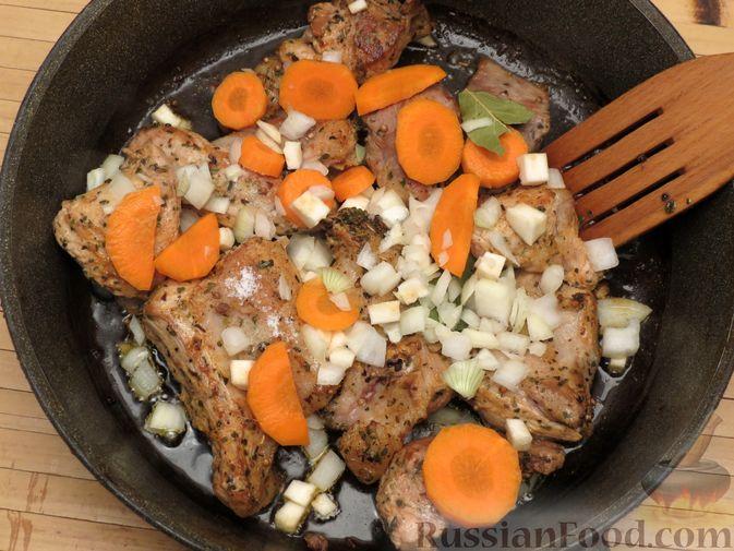 Фото приготовления рецепта: Рагу из свинины с морковью, сладким перцем, сельдереем и белым вином - шаг №11