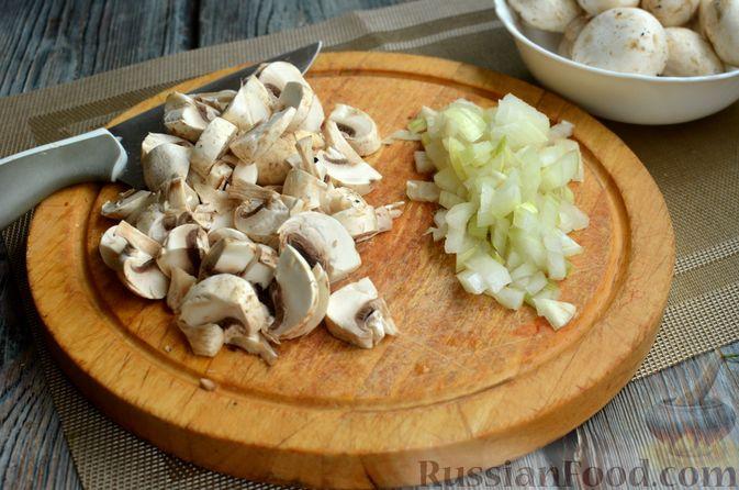 Фото приготовления рецепта: Киш с обжаренными грибами и зеленью - шаг №6