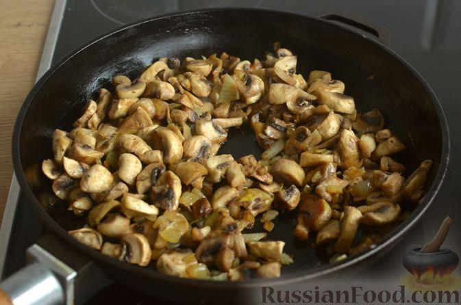 Фото приготовления рецепта: Киш с обжаренными грибами и зеленью - шаг №8