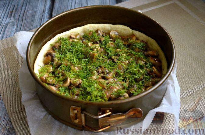 Фото приготовления рецепта: Киш с обжаренными грибами и зеленью - шаг №11