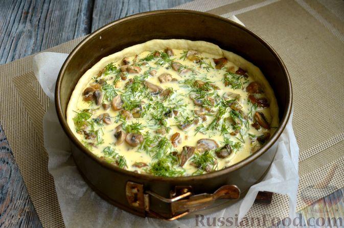 Фото приготовления рецепта: Киш с обжаренными грибами и зеленью - шаг №12