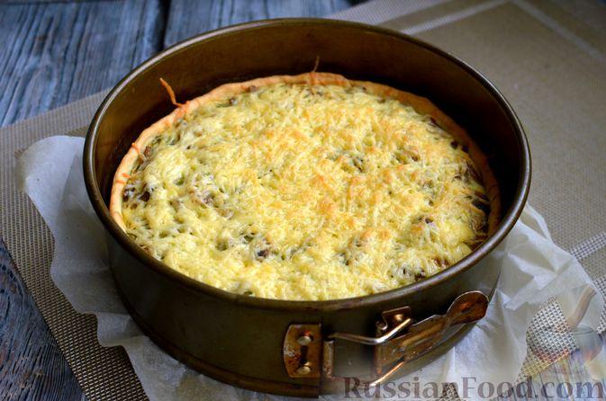 Фото приготовления рецепта: Киш с обжаренными грибами и зеленью - шаг №14