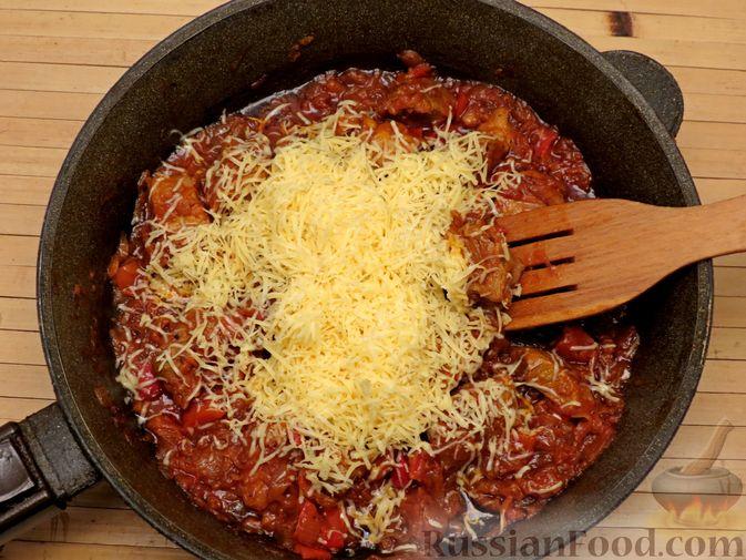 Фото приготовления рецепта: Индейка, тушенная с овощами в томатном соусе, с сыром - шаг №13