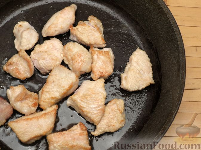 Фото приготовления рецепта: Куриное филе, тушенное в сливках, с морковью и черносливом - шаг №4