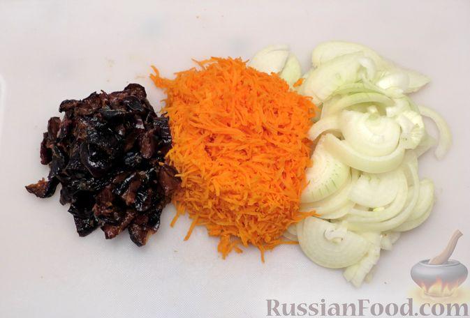 Фото приготовления рецепта: Куриное филе, тушенное в сливках, с морковью и черносливом - шаг №6