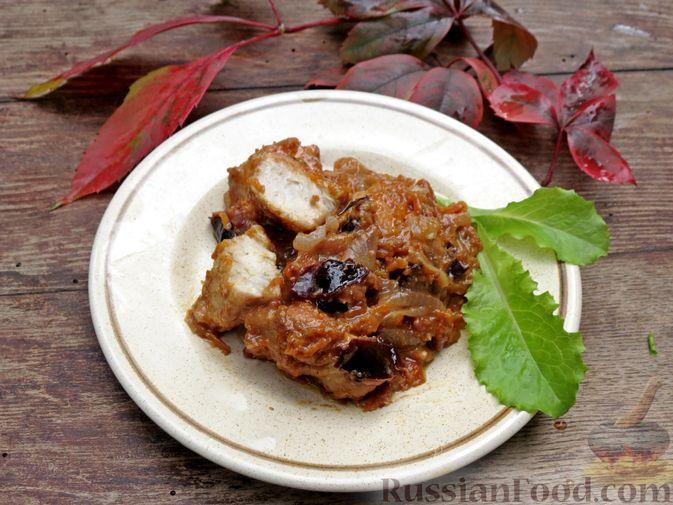 Фото приготовления рецепта: Куриное филе, тушенное в сливках, с морковью и черносливом - шаг №11