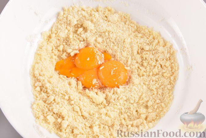 Фото приготовления рецепта: Песочные корзиночки с яблоками и меренгой - шаг №3