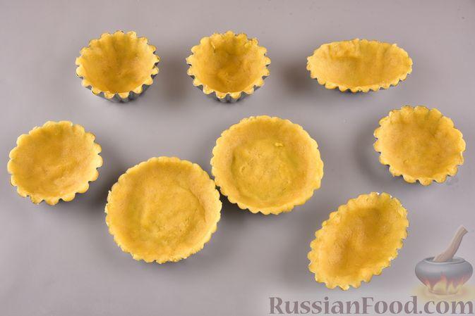 Фото приготовления рецепта: Песочные корзиночки с яблоками и меренгой - шаг №7