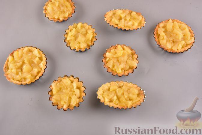 Фото приготовления рецепта: Песочные корзиночки с яблоками и меренгой - шаг №8