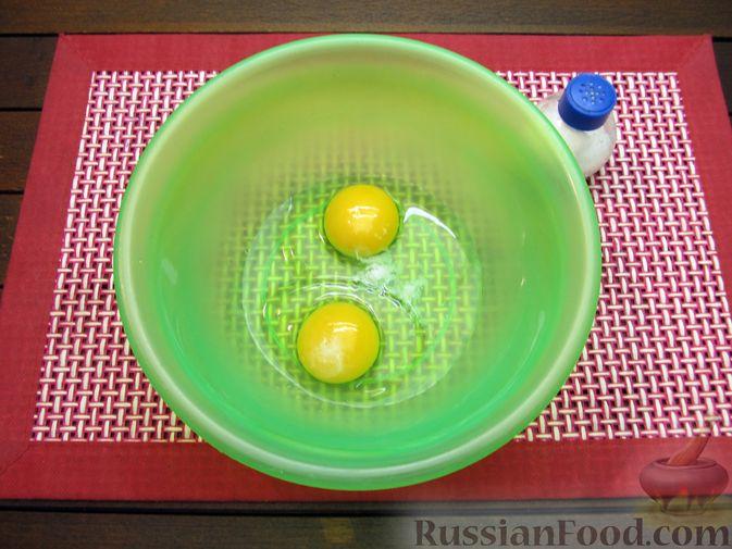 Фото приготовления рецепта: Яичные гренки с зеленью - шаг №2