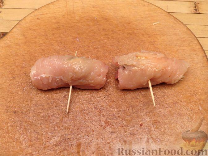 Фото приготовления рецепта: Куриные рулетики с курагой, запечённые под сыром - шаг №5