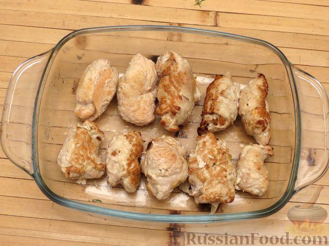 Фото приготовления рецепта: Куриные рулетики с курагой, запечённые под сыром - шаг №7