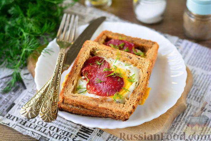 Фото к рецепту: Горячие бутерброды с колбасой и яйцом (на сковороде)