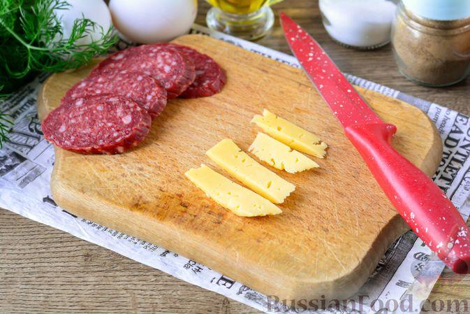 Фото приготовления рецепта: Горячие бутерброды с колбасой и яйцом (на сковороде) - шаг №2