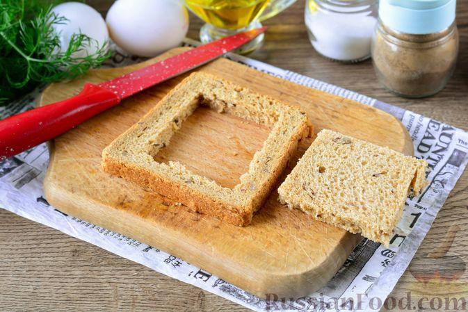 Фото приготовления рецепта: Горячие бутерброды с колбасой и яйцом (на сковороде) - шаг №3