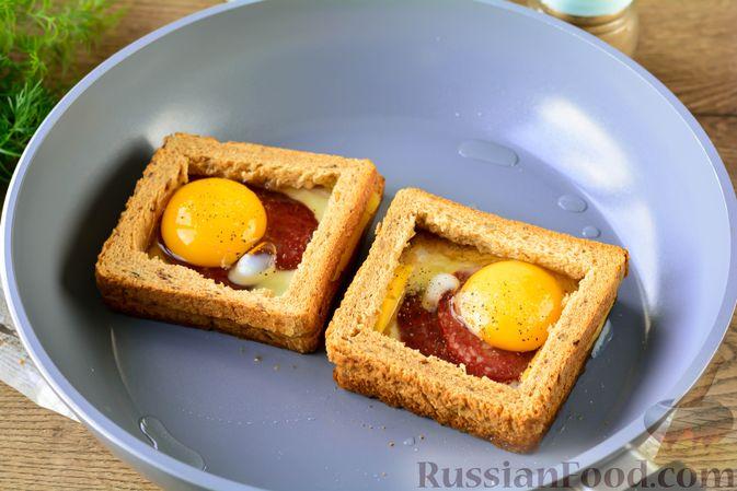 Фото приготовления рецепта: Горячие бутерброды с колбасой и яйцом (на сковороде) - шаг №6