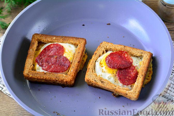 Фото приготовления рецепта: Горячие бутерброды с колбасой и яйцом (на сковороде) - шаг №7