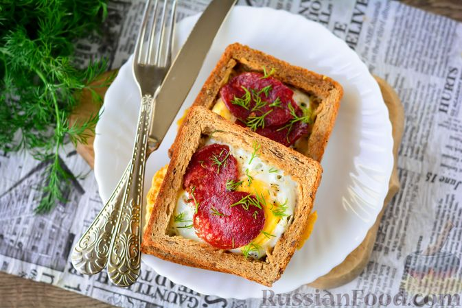 Фото приготовления рецепта: Горячие бутерброды с колбасой и яйцом (на сковороде) - шаг №8