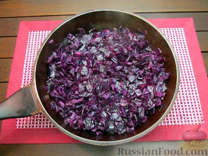 Фото приготовления рецепта: Краснокочанная капуста, тушенная с картошкой - шаг №11