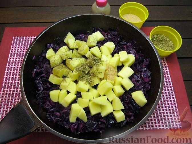 Фото приготовления рецепта: Краснокочанная капуста, тушенная с картошкой - шаг №13