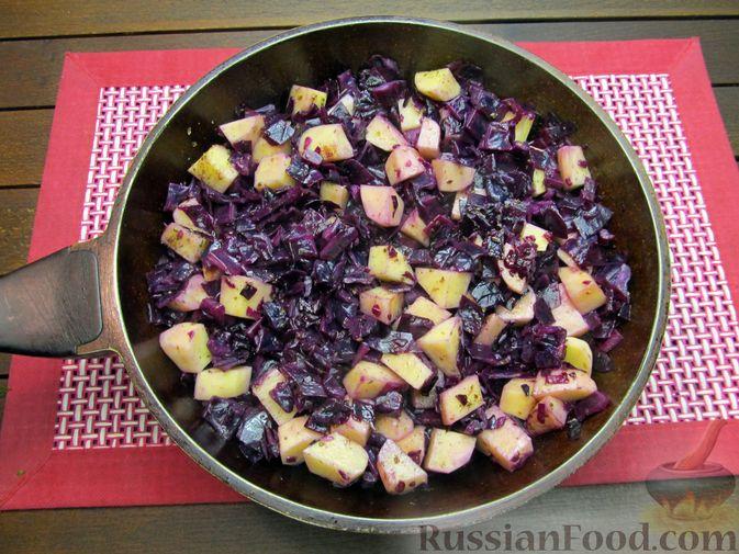 Фото приготовления рецепта: Краснокочанная капуста, тушенная с картошкой - шаг №14