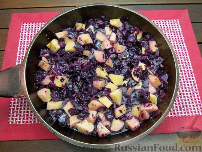 Фото приготовления рецепта: Краснокочанная капуста, тушенная с картошкой - шаг №15