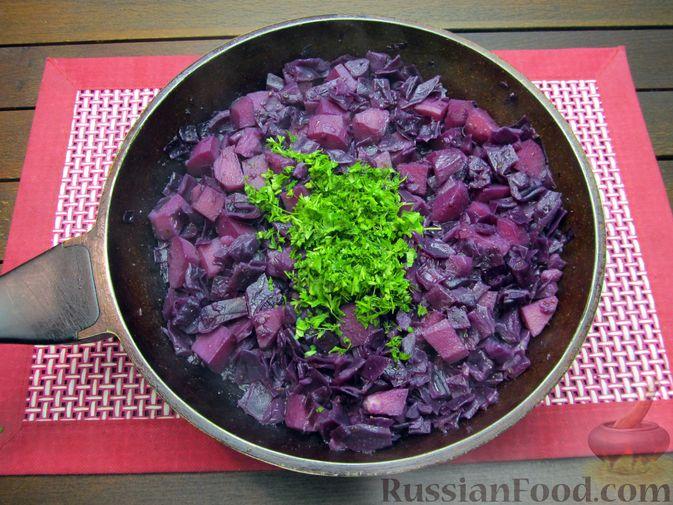 Фото приготовления рецепта: Краснокочанная капуста, тушенная с картошкой - шаг №17