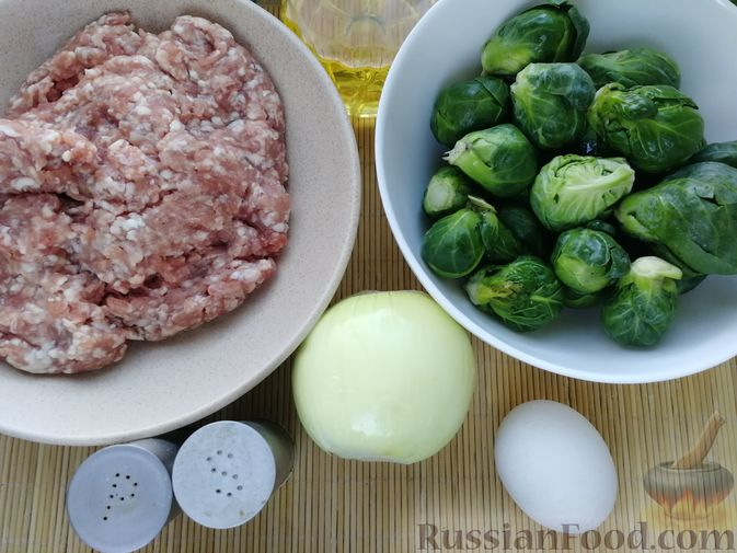 Фото приготовления рецепта: Мясные фрикадельки, тушенные с брюссельской капустой - шаг №1