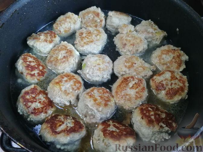 Фото приготовления рецепта: Мясные фрикадельки, тушенные с брюссельской капустой - шаг №4