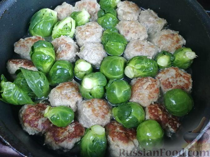 Фото приготовления рецепта: Мясные фрикадельки, тушенные с брюссельской капустой - шаг №5