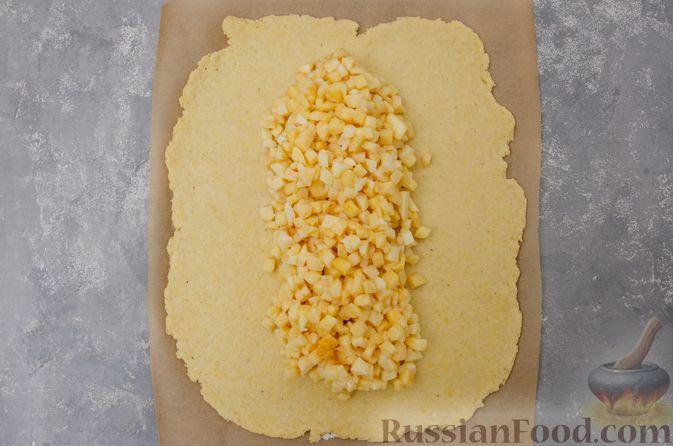 Фото приготовления рецепта: Творожный пирог-плетёнка с яблочной начинкой - шаг №10