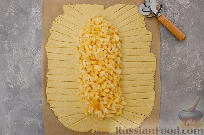 Фото приготовления рецепта: Творожный пирог-плетёнка с яблочной начинкой - шаг №11