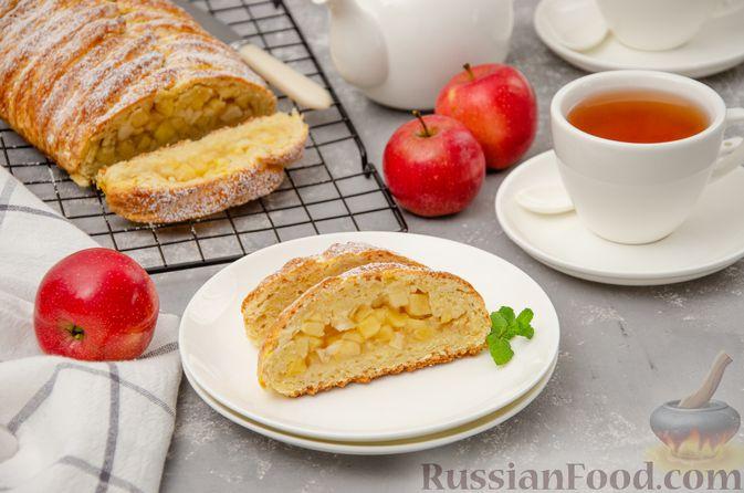 Фото приготовления рецепта: Творожный пирог-плетёнка с яблочной начинкой - шаг №16