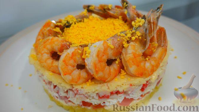 Фото к рецепту: Слоёный салат с креветками и крабовыми палочками