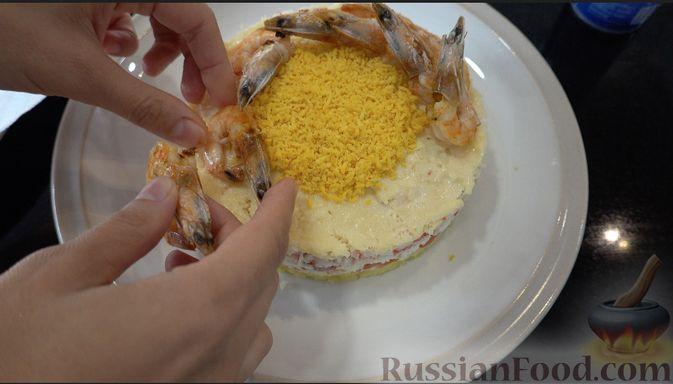 Фото приготовления рецепта: Слоёный салат с креветками и крабовыми палочками - шаг №8