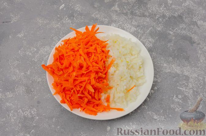 Фото приготовления рецепта: Капуста, тушенная с курицей и картошкой - шаг №4