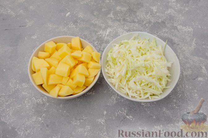Фото приготовления рецепта: Капуста, тушенная с курицей и картошкой - шаг №8