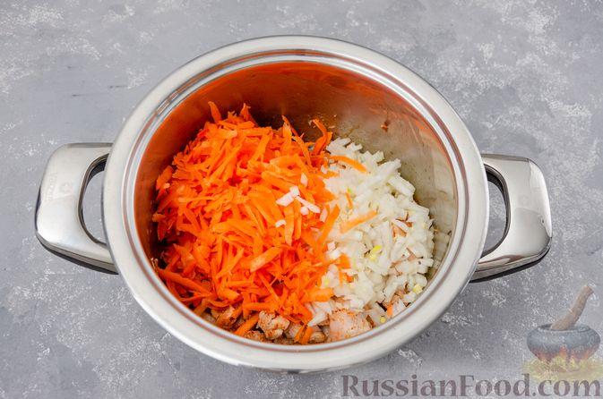 Фото приготовления рецепта: Капуста, тушенная с курицей и картошкой - шаг №6