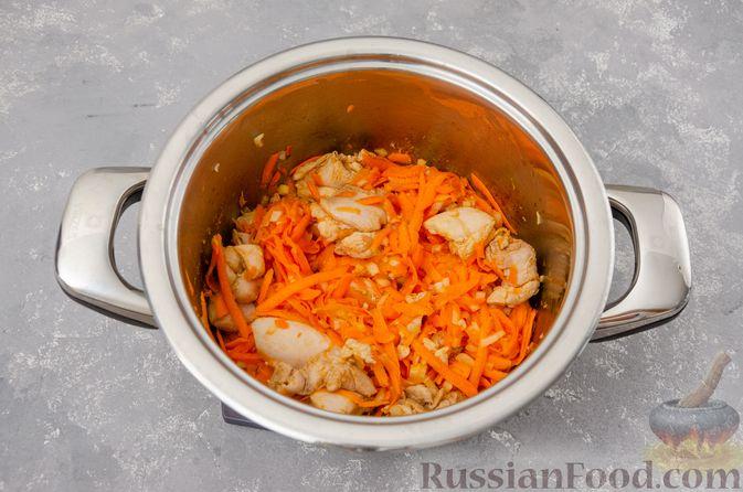 Фото приготовления рецепта: Капуста, тушенная с курицей и картошкой - шаг №7