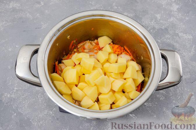Фото приготовления рецепта: Капуста, тушенная с курицей и картошкой - шаг №9