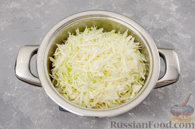 Фото приготовления рецепта: Капуста, тушенная с курицей и картошкой - шаг №10